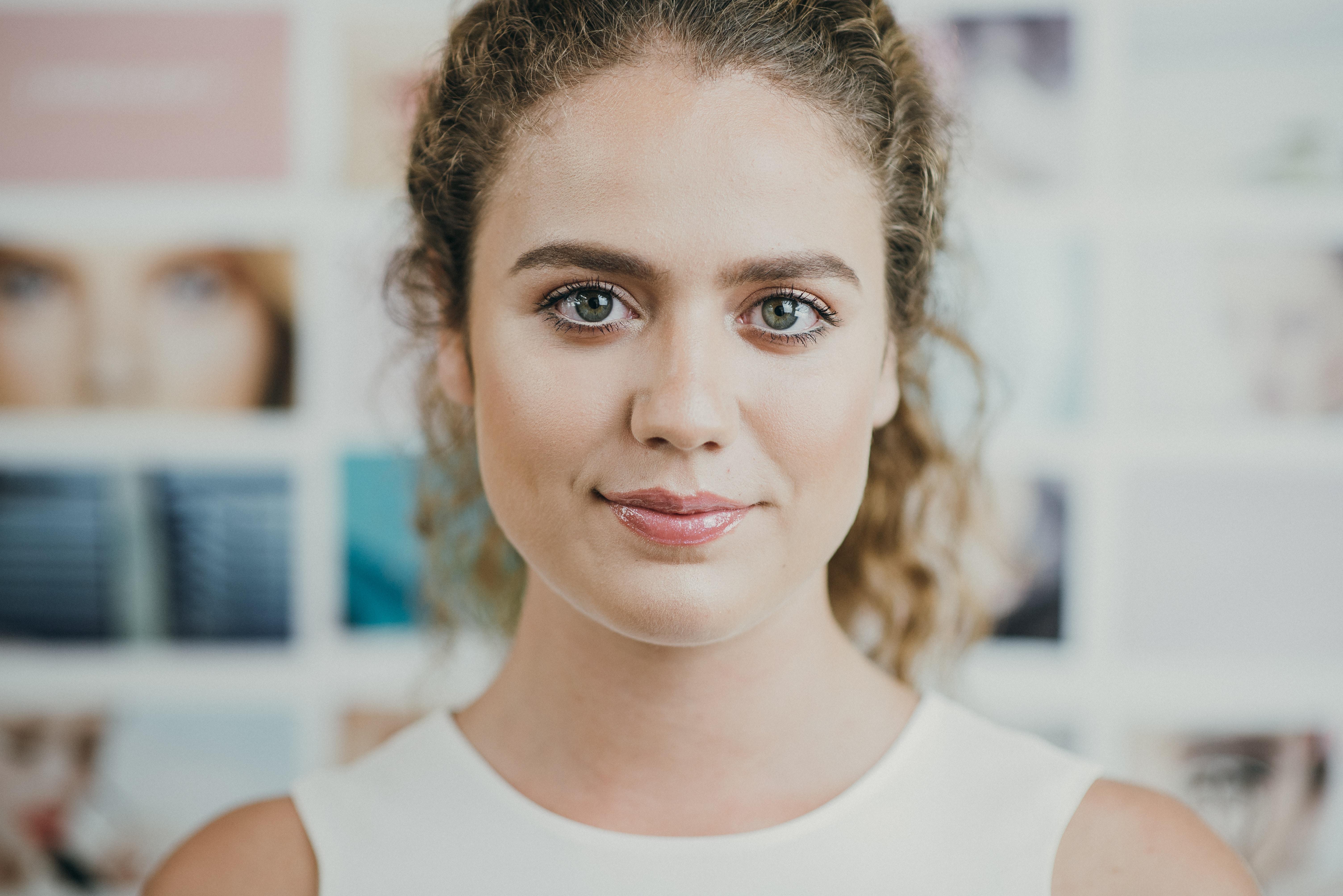 Hôtesse souriante sélectionnée pour assurer l'accueil et l'animation commerciale lors d'un évènement accompagné par Manala